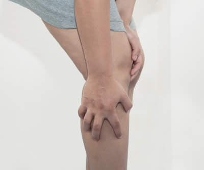 Sensazione strana nelle gambe quando si è seduti, piedi e...