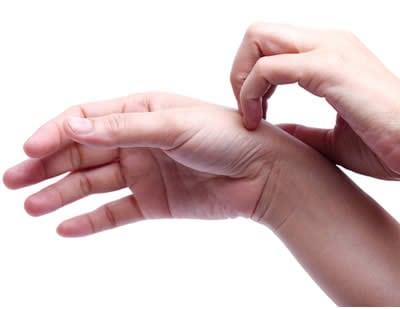 Perché si gonfiano le dita delle mani?